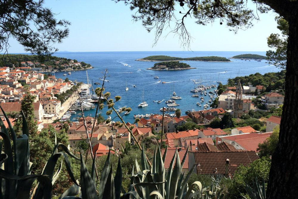 Hvar-ville : vue sur le port et les îles depuis la forteresse espagnole
