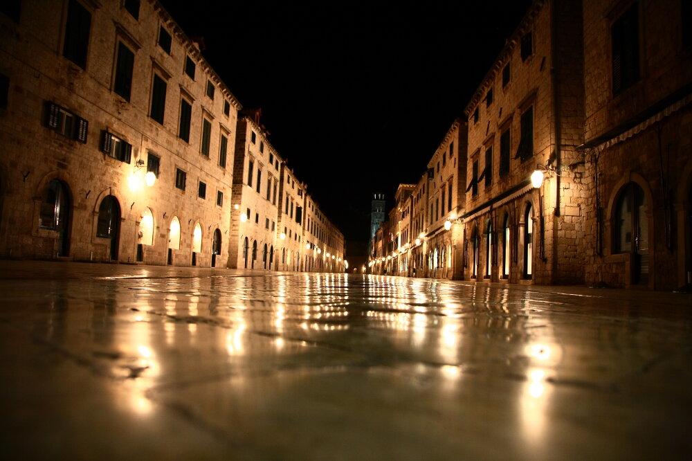 Rue de la vieille ville de nuit