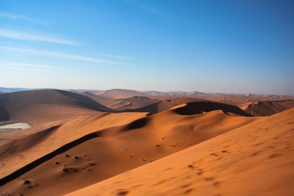 En haut de - la dune - Big Daddy avec une vue sur le désert du Namib