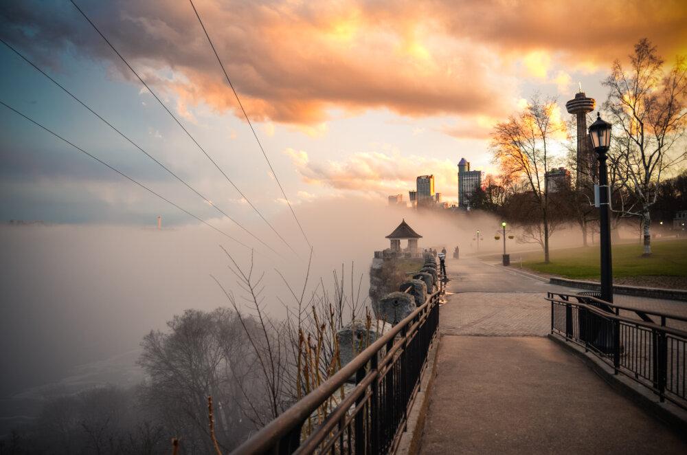 Brouillard et couché de soleil aux chutes du Niagara