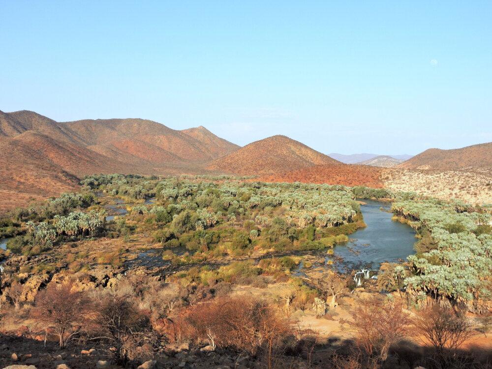 La rivière Kunene , frontière entre laNamibie et l'Angola