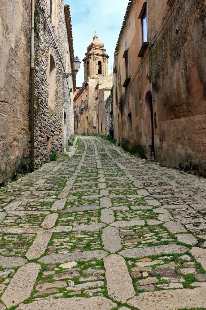Ruelle médiévale du village d'Erice près de Trapani en Sicile