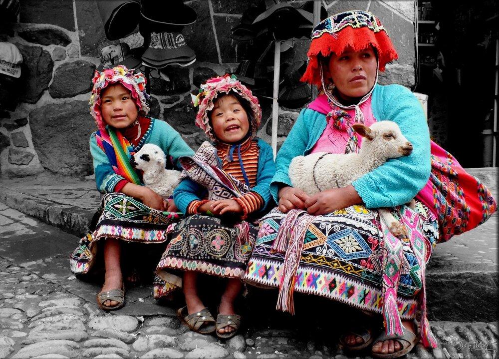 Famille Péruvienne en habits traditionnels