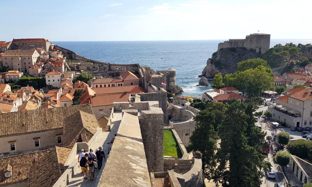 Dubrovnik : vue sur les remparts et le fort Lovrijenac