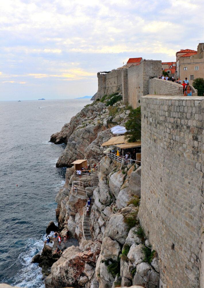 Bar insolite accroché à la muraille de Dubrovnik