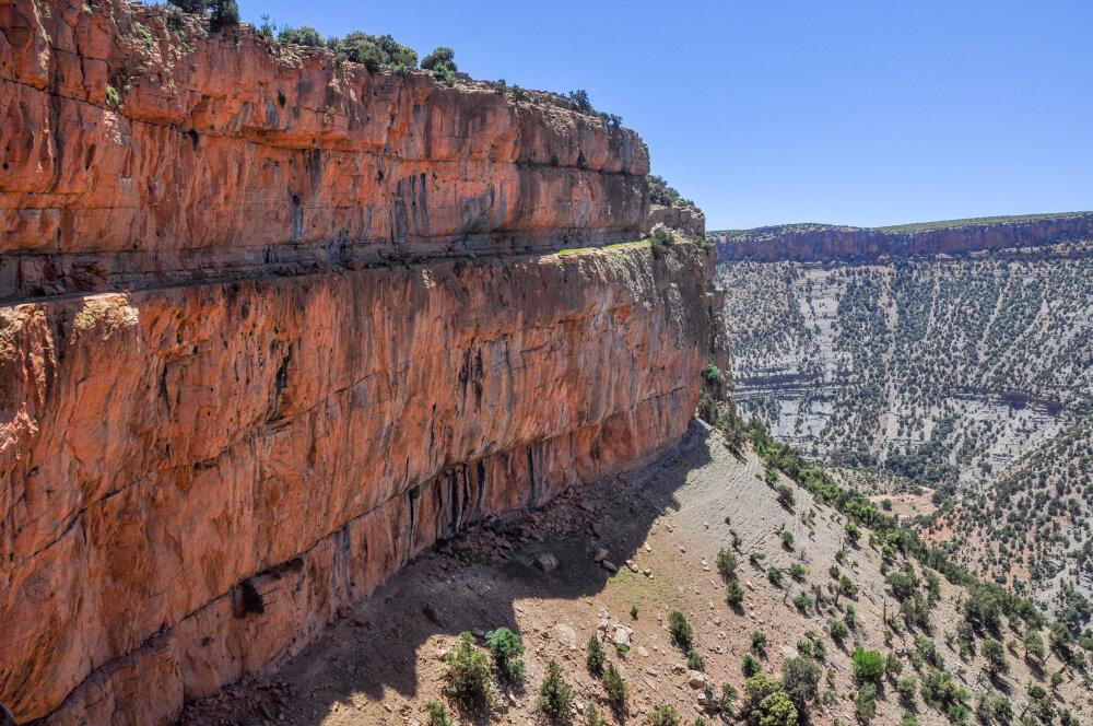 Les impressionnants greniers falaises d'Aoujgal