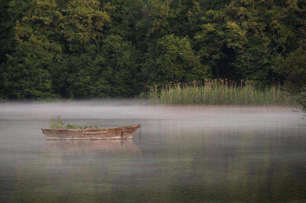 Barque dans le parc du monastère de Saint Naum