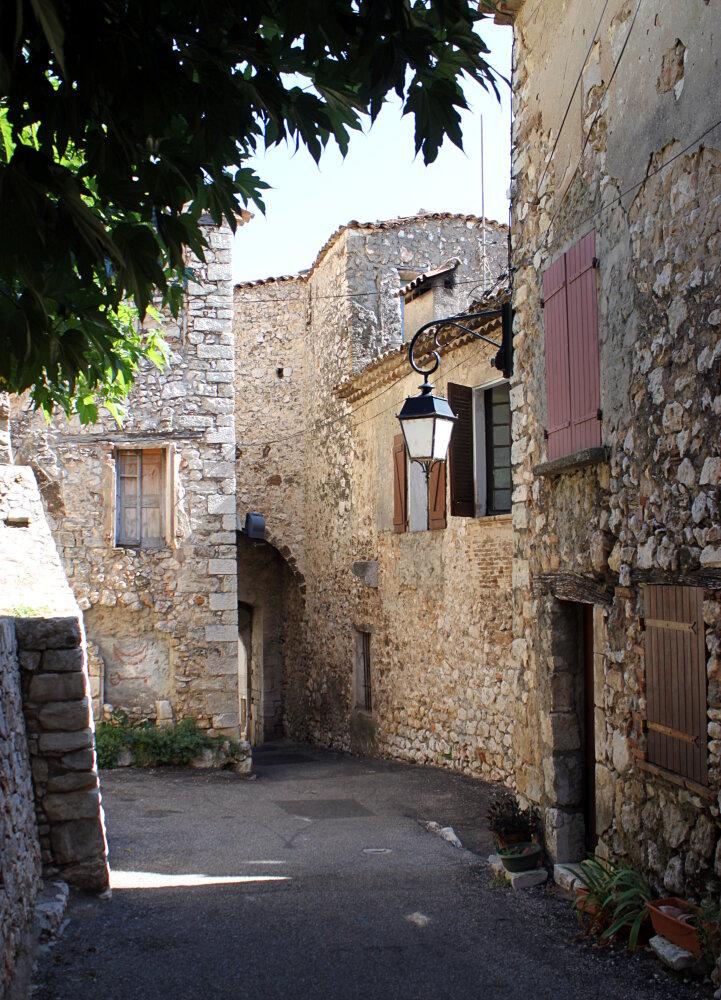 Bauduen, vieilles maisons de pierre et ruelles étroites - lac Sainte-Croix