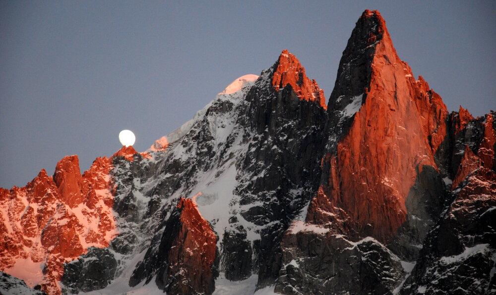 Lever de lune au coucher du soleil