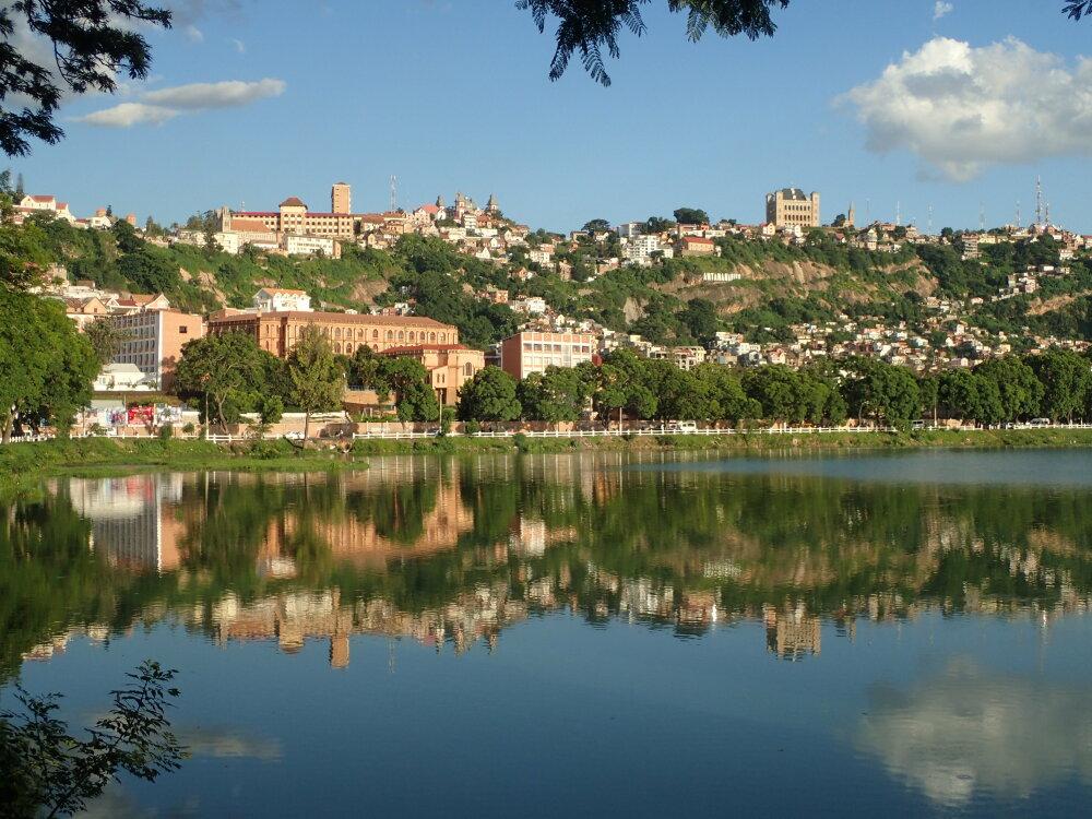 Vue sur la ville haute depuis le  bord du lac Anosy