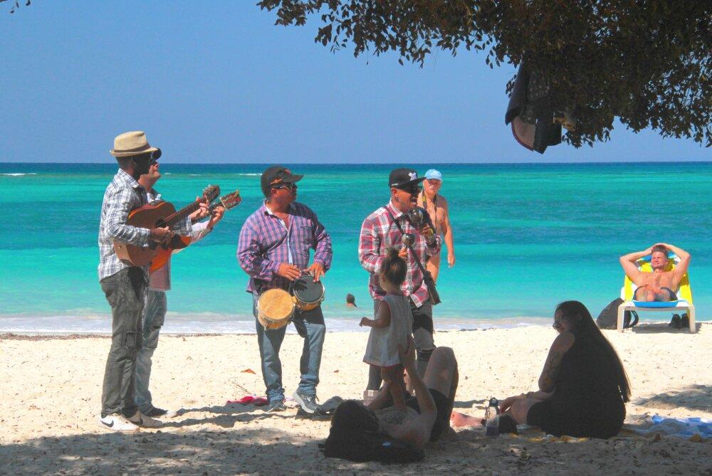 Musiciens cubains jouant pour touristes alanguis ...