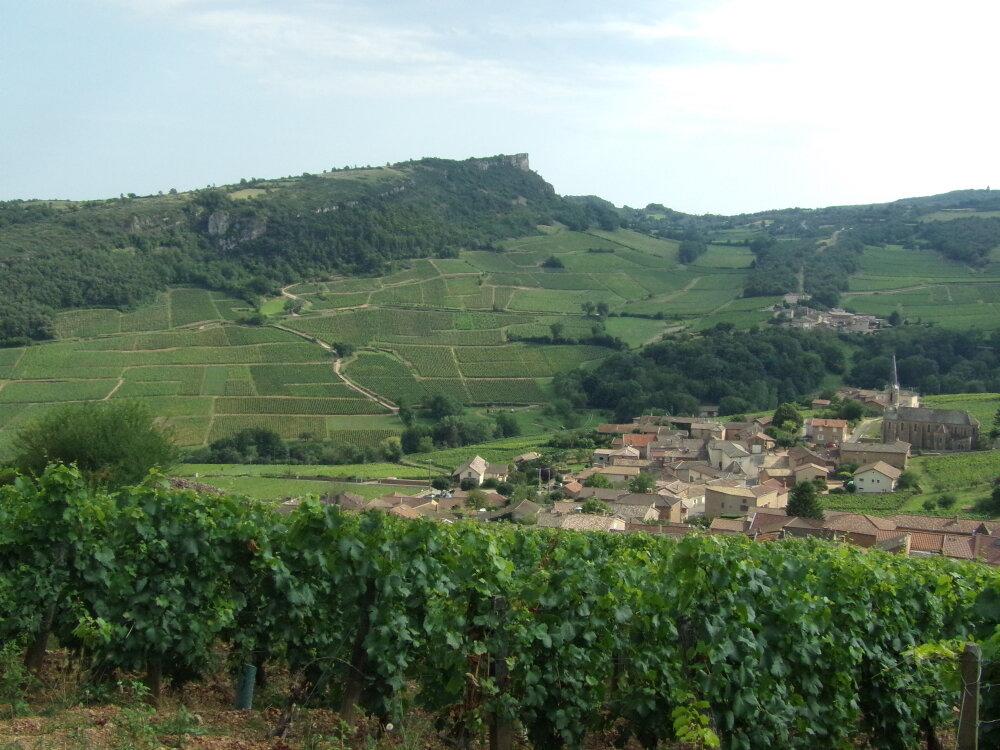Vue sur le village de Vergisson et de la roche de Solutré en face