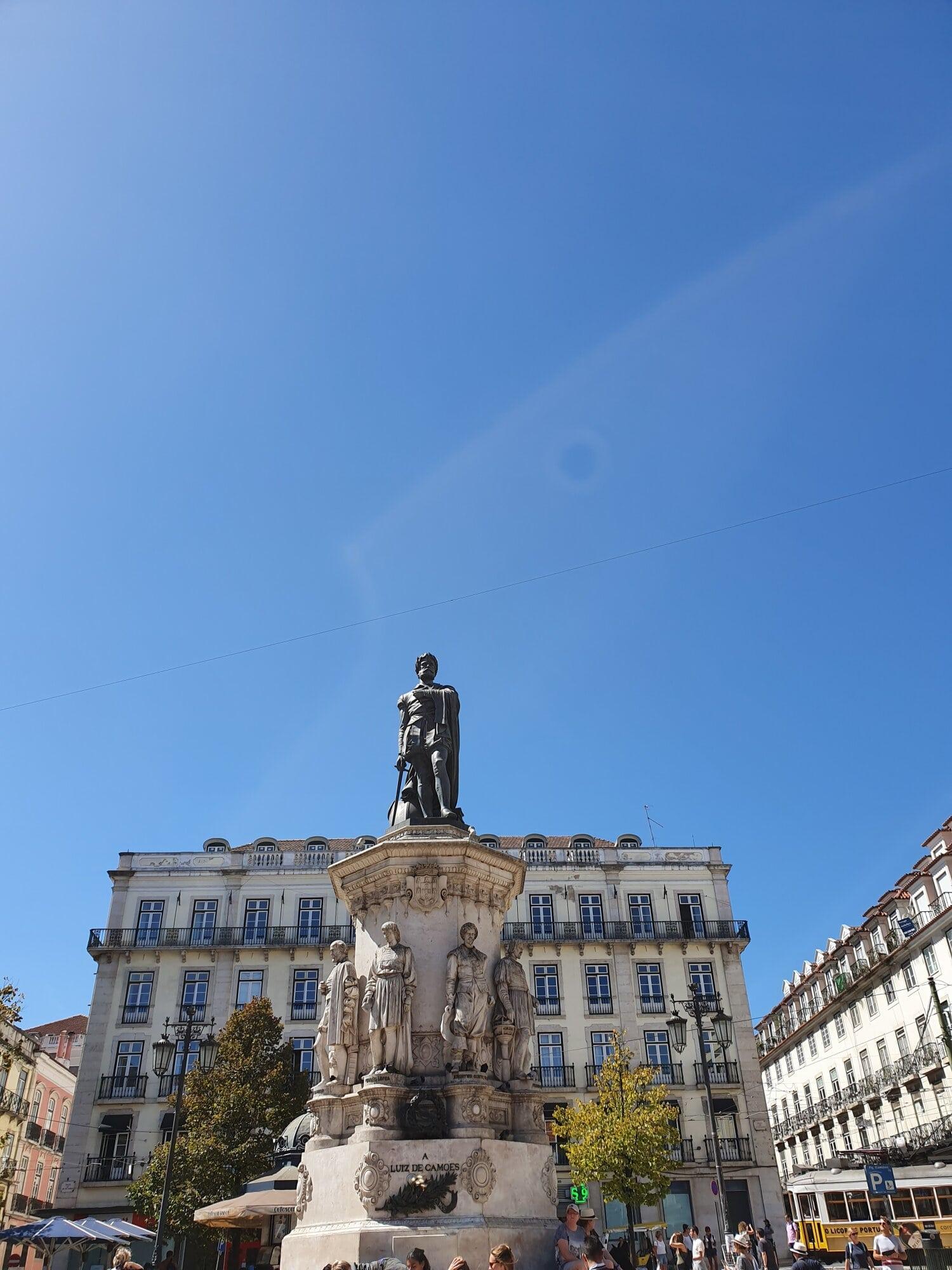 Statue sur une place à Lisbonne