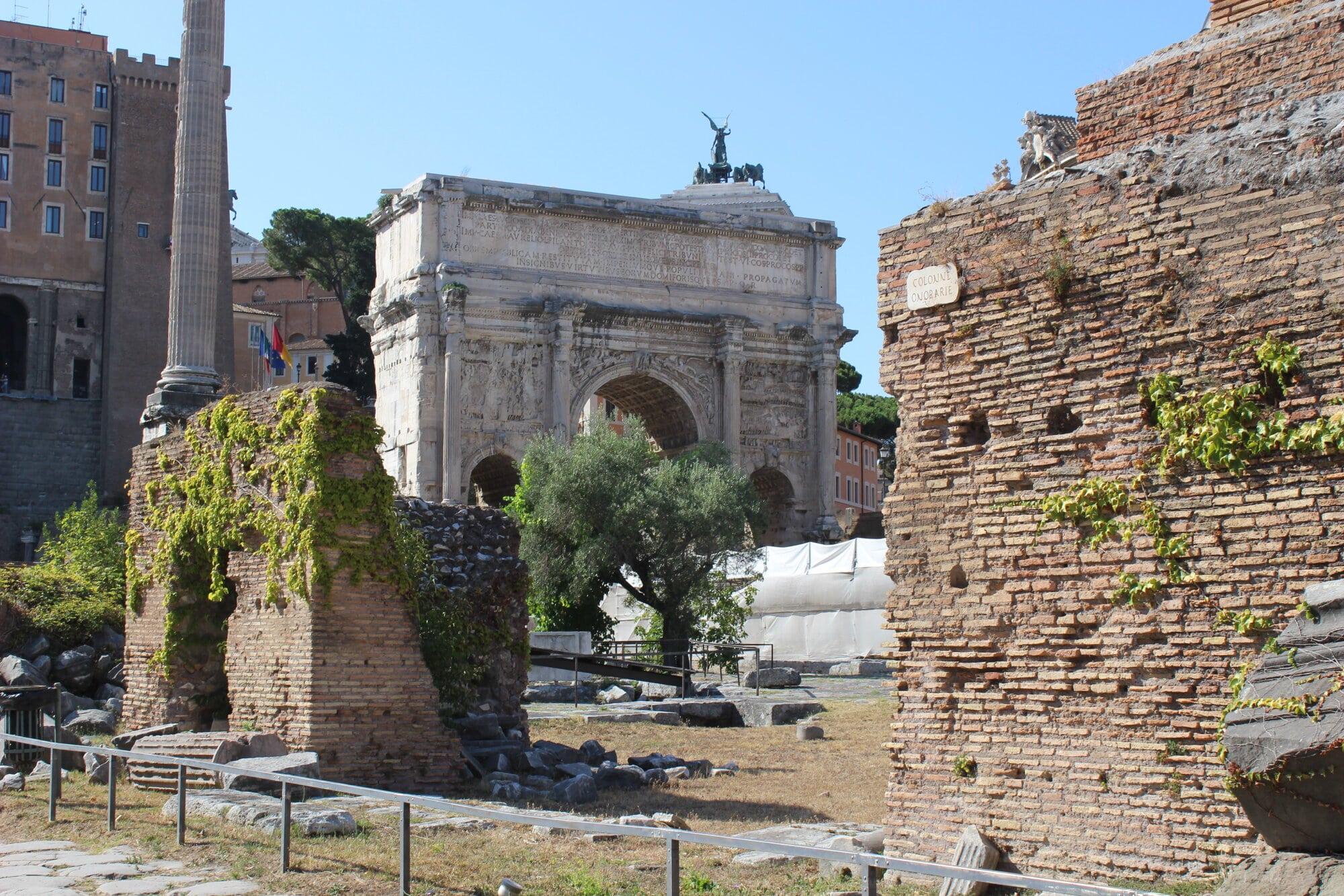 Un arc de triomphe perdu entre les ruines