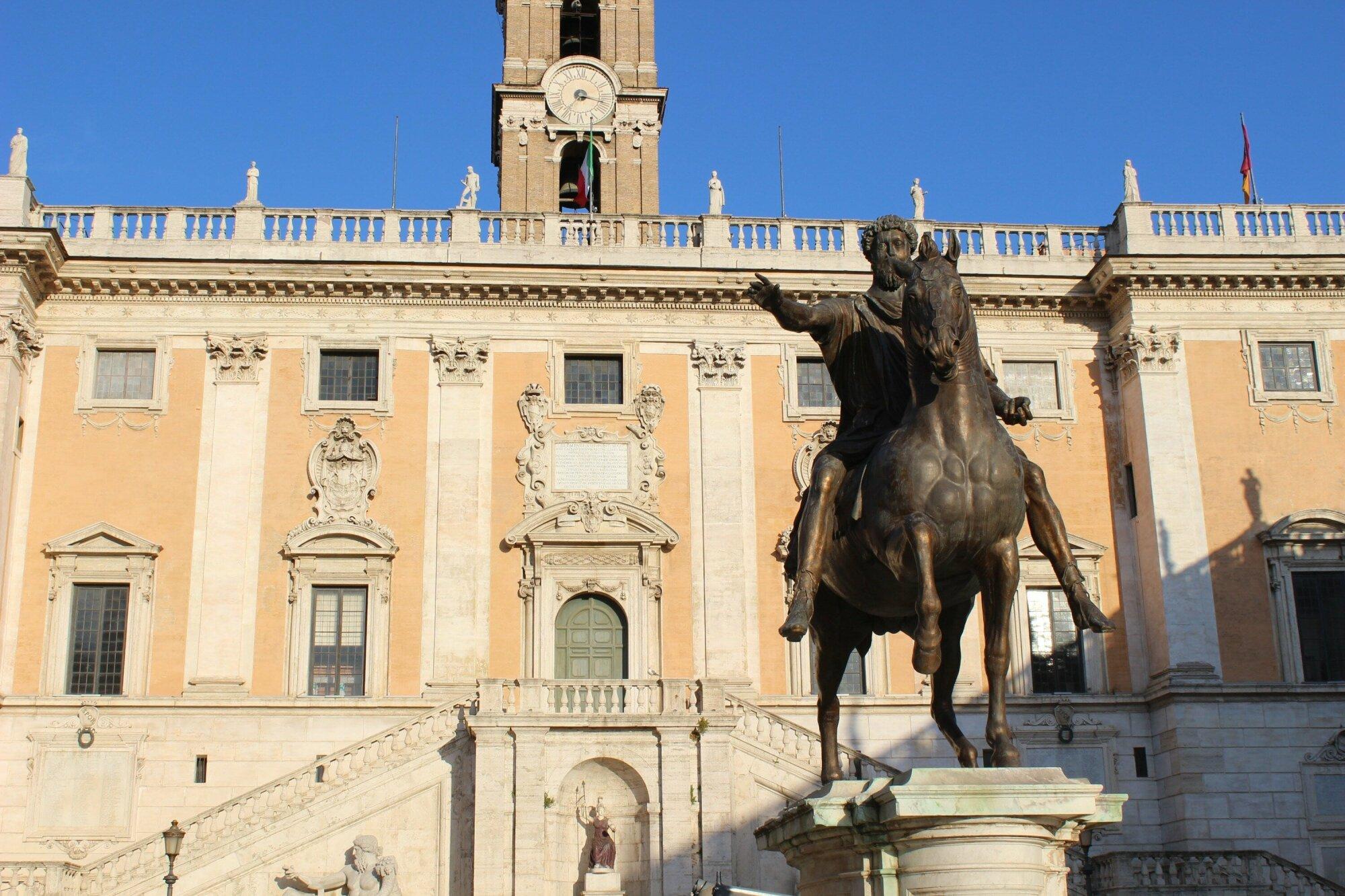 La statue de Marc-Aurèle, imposante sur la place du Capitole