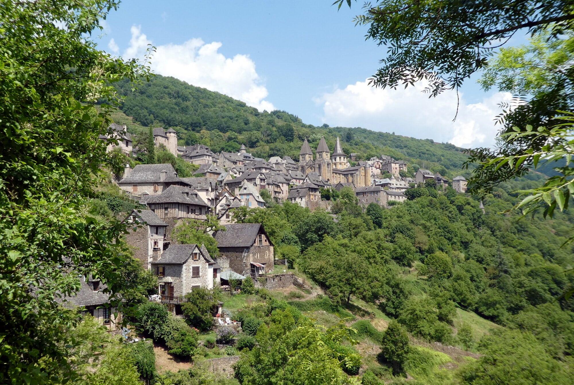 Conques, village niché dans un écrin de verdure et son abbatiale