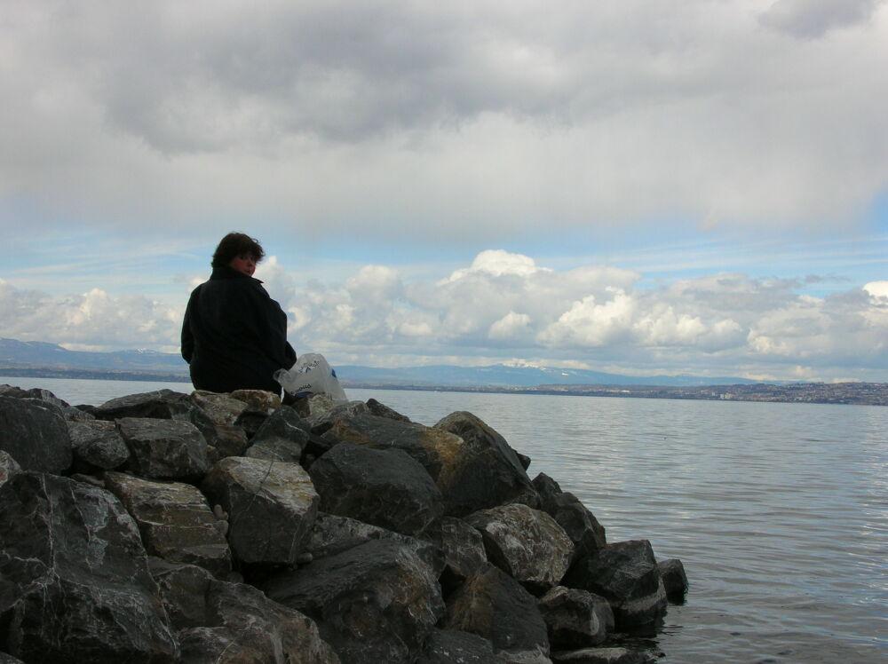Virginie contemple le lac