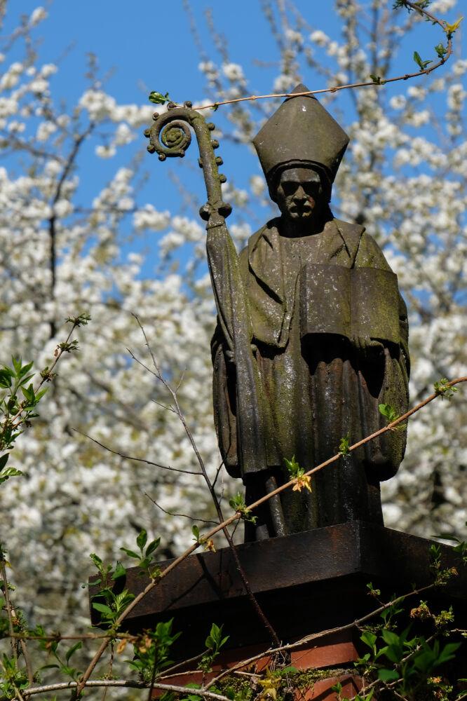 Statue à l'entrée du cimetière de Baudin