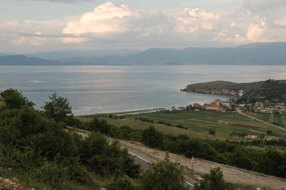 Descente sur Lin, au bord du lac d'Ohrid